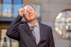Τονισμένος επιχειρηματίας που έχει τον πονοκέφαλο Στοκ Εικόνες