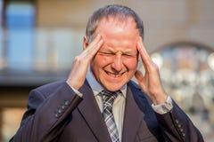 Τονισμένος επιχειρηματίας που έχει τον πονοκέφαλο Στοκ Φωτογραφία