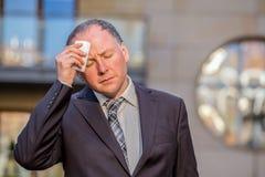 Τονισμένος επιχειρηματίας που έχει τον πονοκέφαλο Στοκ Φωτογραφίες