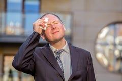 Τονισμένος επιχειρηματίας που έχει τον πονοκέφαλο Στοκ φωτογραφία με δικαίωμα ελεύθερης χρήσης
