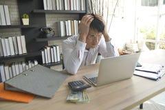 Τονισμένος επιχειρηματίας που εργάζεται υπό πίεση στο γραφείο στοκ εικόνα