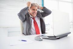 Τονισμένος επιχειρηματίας στο γραφείο του Στοκ φωτογραφία με δικαίωμα ελεύθερης χρήσης