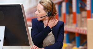 Τονισμένος θηλυκός διευθυντής αποθηκών εμπορευμάτων που εργάζεται στον υπολογιστή απόθεμα βίντεο