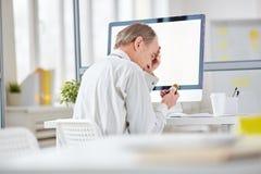 Τονισμένος και κουρασμένος εργαζόμενος γραφείων Στοκ εικόνα με δικαίωμα ελεύθερης χρήσης
