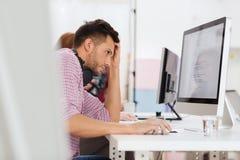 Τονισμένος προγραμματιστής λογισμικού στο γραφείο Στοκ εικόνα με δικαίωμα ελεύθερης χρήσης