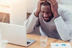 Τονισμένος τύπος αφροαμερικάνων που φωνάζει στην εργασία Στοκ Φωτογραφία