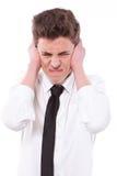 Τονισμένος τύπος που καλύπτει τα αυτιά του, πάρα πολύς θόρυβος στοκ φωτογραφίες με δικαίωμα ελεύθερης χρήσης