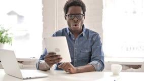 Τονισμένο αφρικανικό άτομο που αντιδρά στην απώλεια στην ταμπλέτα απόθεμα βίντεο