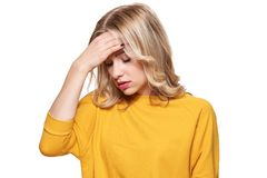 Τονισμένο εξαντλημένο νέο θηλυκό που έχει τον ισχυρό πονοκέφαλο έντασης Αίσθημα της πίεσης και της πίεσης Καταθλιπτική γυναίκα με στοκ εικόνες