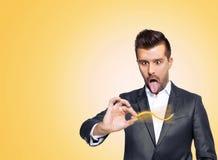 Τονισμένο επιχειρησιακό άτομο που κάνει τα τρελλά πράγματα με το κίτρινο μολύβι του στοκ εικόνες