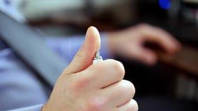 Τονισμένο επιχειρησιακό άτομο που χτυπά νευρικά μια μάνδρα, μακροεντο φιλμ μικρού μήκους
