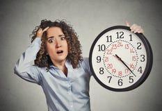 Τονισμένο εταιρικό ρολόι εκμετάλλευσης υπαλλήλων που φαίνεται αγωνιωδώς τρέχοντας έξω του χρόνου Στοκ Εικόνες
