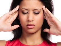 Τονισμένο νέο ανησυχημένο γυναίκα κορίτσι που πάσχει τον επικεφαλής πόνο που απομονώνεται από στο λευκό Πονοκέφαλος και ημικρανία Στοκ Εικόνες