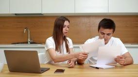 Τονισμένο νέο ζεύγος που ελέγχει τους λογαριασμούς στο σπίτι απόθεμα βίντεο