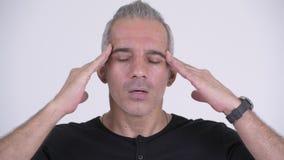 Τονισμένο περσικό άτομο που έχει τον πονοκέφαλο στο άσπρο κλίμα απόθεμα βίντεο