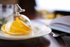 Τονισμένο πορτοκαλί πιάτο φρούτων στοκ φωτογραφία