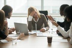 Τονισμένο συναίσθημα επιχειρηματιών που κουράζεται να πάσσει από την ασέβεια α στοκ φωτογραφία με δικαίωμα ελεύθερης χρήσης