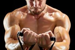 Τονισμένο σώμα ενός αθλητικού τύπου στοκ εικόνα