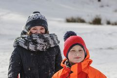 Τον άσπρο χειμώνα, κίνηση παιδιών με τα έλκηθρα Στοκ Φωτογραφία