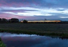 Τον ήλιο πηγαίνουν σχεδόν, όπως αυτό το περνώντας τραίνο στοκ εικόνες