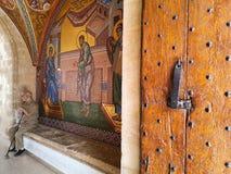 Τον Αύγουστο του 2018 - Κύπρος: Είσοδος στο ελληνικό ορθόδοξο μοναστήρι Kykkos με την όμορφη τέχνη μωσαϊκών που απεικονίζει τις θ στοκ φωτογραφία με δικαίωμα ελεύθερης χρήσης