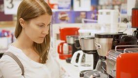 Τον Αύγουστο του 2017 του ΠΑΡΙΣΙΟΥ, ΓΑΛΛΙΑ CIRCA: Γυναίκα που ψωνίζει στις συσκευές κουζινών αγοράς καταστημάτων Άσπρα αγαθά στο  απόθεμα βίντεο