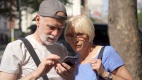 Τον Αύγουστο του 2017 του ΠΑΡΙΣΙΟΥ, ΓΑΛΛΙΑ CIRCA: Ευτυχής ανώτερη οικογένεια ζευγών που απολαμβάνει το smartphone ξεφυλλίσματος δ φιλμ μικρού μήκους