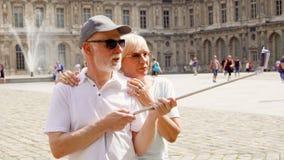 Τον Αύγουστο του 2017 του Παρισιού, Γαλλία Circa: Ανώτερο ζεύγος που κάνει selfie με το smartphone στις διακοπές στο Παρίσι απόθεμα βίντεο