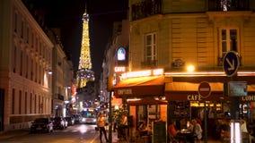 Τον Αύγουστο του 2017 του Παρισιού, Γαλλία Circa: Παρισινός καφές τη νύχτα Διάσημος γαλλικός πύργος του Άιφελ ορόσημων φιλμ μικρού μήκους
