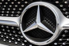 Τον Αύγουστο του 2017 της Ινδιανάπολης - Circa: Λογότυπο της Mercedes-Benz Η Mercedes-Benz είναι σφαιρικός αυτοκινητικός κατασκευ Στοκ φωτογραφία με δικαίωμα ελεύθερης χρήσης