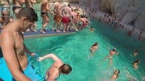 ΤΟΝ ΑΎΓΟΥΣΤΟ ΤΟΥ 2017 ΤΗΣ ΕΛΛΑΔΑΣ, ΖΑΚΥΝΘΟΣ: Παιδιά και τουρίστες ενηλίκων που κολυμπούν στη θάλασσα του νησιού Ελλάδα της Ζάκυνθ απόθεμα βίντεο