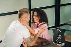 Τον είπε ναι Κινηματογράφηση σε πρώτο πλάνο του νεαρού άνδρα που φιλά το χέρι συζύγων του κάνοντας την πρόταση γάμου υπαίθρια Στοκ φωτογραφία με δικαίωμα ελεύθερης χρήσης