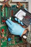 τον ηλεκτρολόγο μηχανικό που μετριέται κάνοντας Στοκ Φωτογραφίες