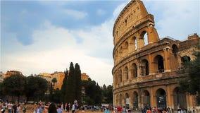 Τον Ιούλιο του 2017 - Ρώμη, Ιταλία: πολλοί τουρίστες κοντά στο Colosseum στη Ρώμη απόθεμα βίντεο