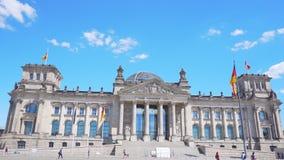 Τον Ιούλιο του 2018 circa του Βερολίνου, Γερμανία: Η πρόσοψη Reichstag με τις γερμανικές σημαίες απόθεμα βίντεο
