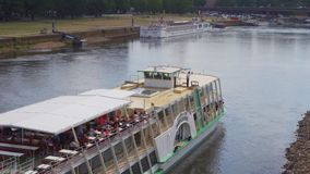 Τον Ιούλιο του 2018 circa της Δρέσδης, Γερμανία: Ένα σκάφος αναψυχής πλέει κατά μήκος του ποταμού Elbe φιλμ μικρού μήκους