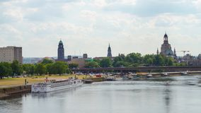 Τον Ιούλιο του 2018 circa της Δρέσδης, Γερμανία: Πανόραμα της παλαιάς πόλης με τον ποταμό Elbe, χρόνος-σφάλμα απόθεμα βίντεο