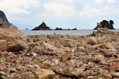 Τον Ιούνιο του 2015, πέτρες και τσιμεντένιοι ογκόλιθοι του Μαυροβουνίου Petovac στην ακτή στοκ εικόνες