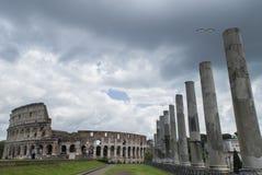 Τον Ιούλιο του 2015 της Ρώμης: Οι τουρίστες επισκέπτονται το Colosseum στη Ρώμη, Ιταλία Στοκ Εικόνες