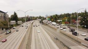 Τον Οκτώβριο του 2016, ΗΠΑ, Σιάτλ, Ουάσιγκτον Κυκλοφορία στην εθνική οδό Αυτοκίνητα που κινούνται σε δύο κατευθύνσεις κατά μήκος  απόθεμα βίντεο
