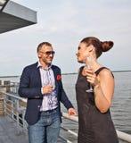 τον συνδέστε παραπλανώντας χαμογελώντας νεολαίες εστιατορίων Στοκ εικόνες με δικαίωμα ελεύθερης χρήσης