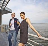 τον συνδέστε παραπλανώντας χαμογελώντας νεολαίες εστιατορίων Στοκ εικόνα με δικαίωμα ελεύθερης χρήσης
