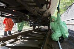 Τοξική ομάδα έκτακτης ανάγκης οξέων χημικών ουσιών κάτω από τη δεξαμενή Στοκ Εικόνες