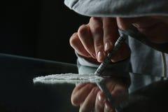 Τοξικομανής που παίρνει την κοκαΐνη στον πίνακα στοκ εικόνες