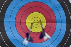 Τοξοβολία Bullseye με δύο βέλη Στοκ εικόνες με δικαίωμα ελεύθερης χρήσης