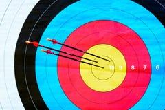 Τοξοβολία στόχων: χτυπήστε το σημάδι (3 βέλη, κινηματογράφηση σε πρώτο πλάνο) Στοκ Φωτογραφίες