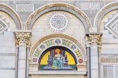 Τοξοειδής άνοηγμα σε θόλο επάνω από την αριστερή πόρτα του Duomo - της Πίζας Στοκ Εικόνα