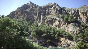 Τοπία βουνών που καλύπτονται με την πράσινη βλάστηση ενάντια στο μπλε ουρανό Τέχνη Δύσκολος απότομος βράχος που καλύπτεται με τα  απόθεμα βίντεο