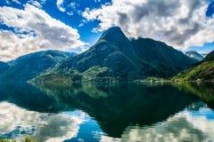Τοπία της Νορβηγίας Τα βουνά απεικονίζουν στο νερό στοκ φωτογραφίες με δικαίωμα ελεύθερης χρήσης