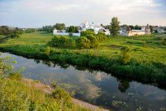 Τοπία του Σούζνταλ - ποταμός Kamenka και μονή μεσολάβησης Στοκ εικόνες με δικαίωμα ελεύθερης χρήσης